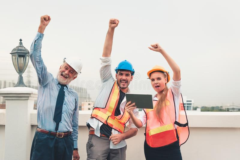Businesspeople som har lyckligt, når att ha handlat för projekt som är lyckat arkivfoto