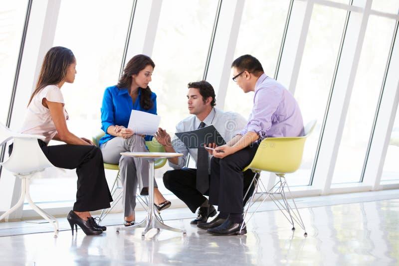 Businesspeople som har möte i modernt kontor arkivfoton