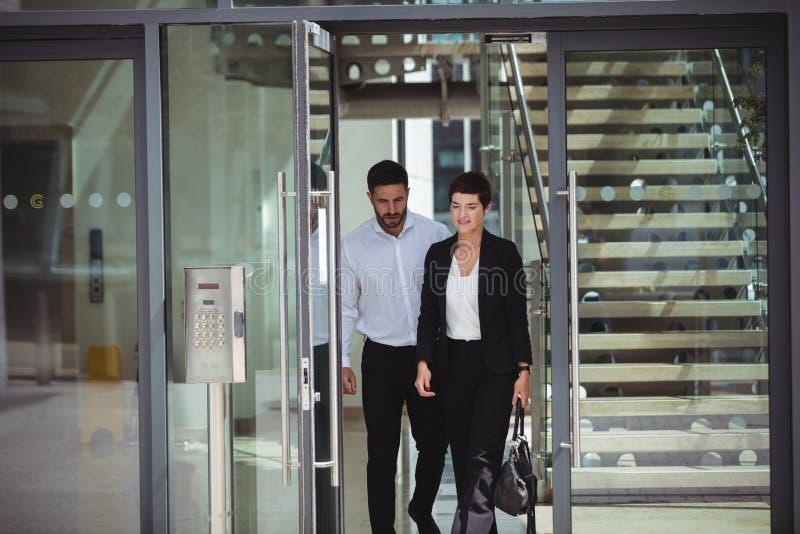 Businesspeople som lämnar kontoret arkivbild