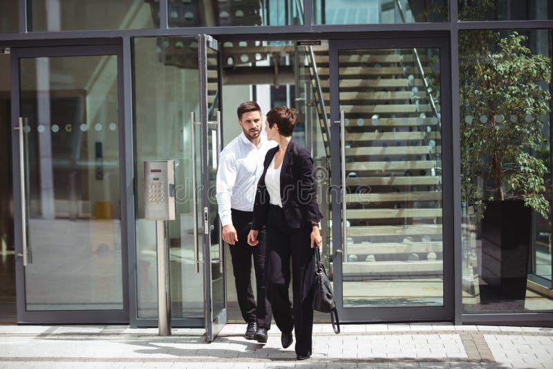 Businesspeople som lämnar kontoret royaltyfri bild