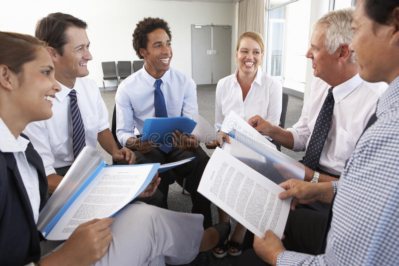 Businesspeople som placeras i cirkel på företagsseminariet royaltyfria foton