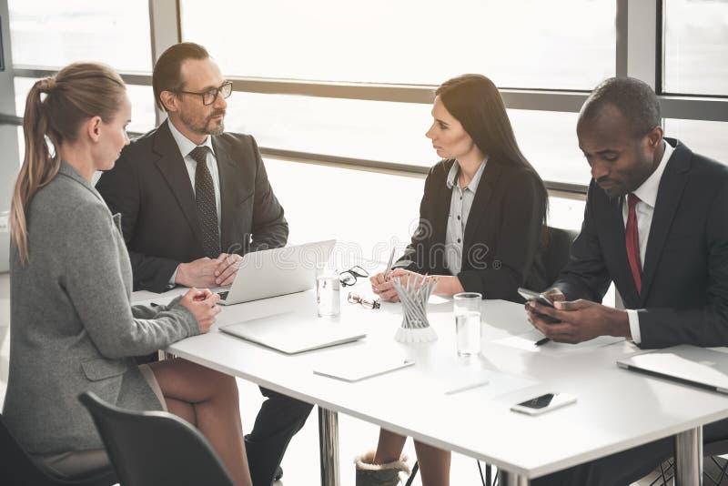 Businesspeople som rymmer möte i styrelse arkivfoto