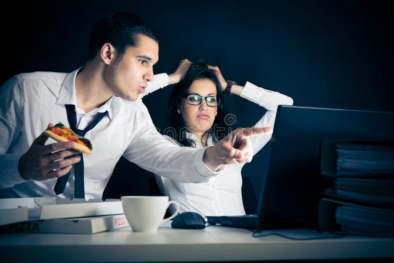 Businesspeople som sent arbetar arkivfoton