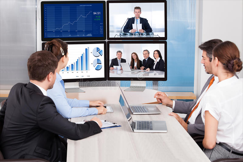 Businesspeople som ser datorskärmen royaltyfria foton