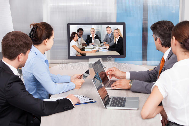 Businesspeople som ser datorskärmen arkivbilder