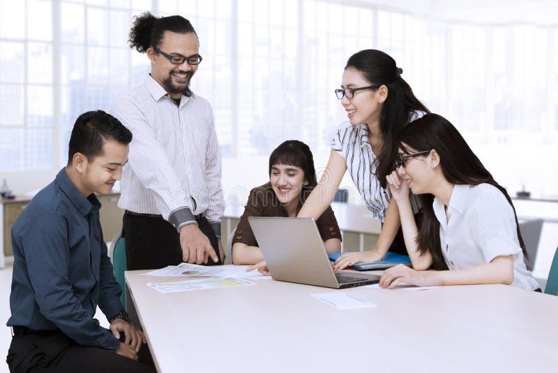 Businesspeople som ser dokument på tabellen arkivbild