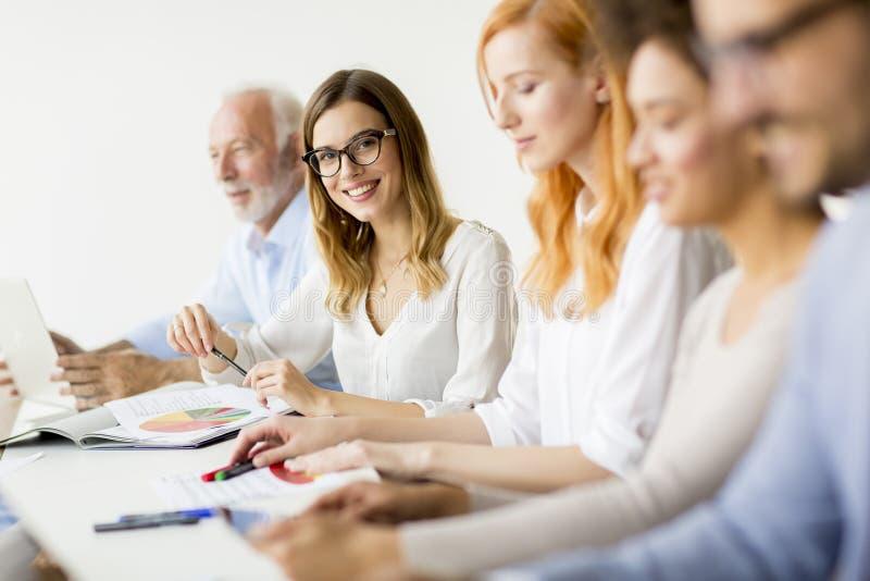 Businesspeople som sitter i konferensrum under möte på kontoret royaltyfri fotografi