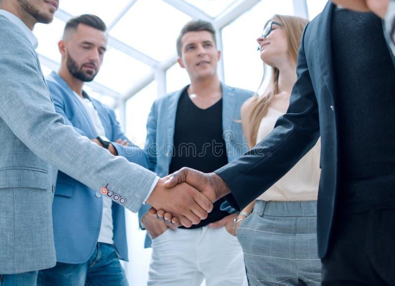 Businesspeople som skakar händer i bräderum arkivfoto