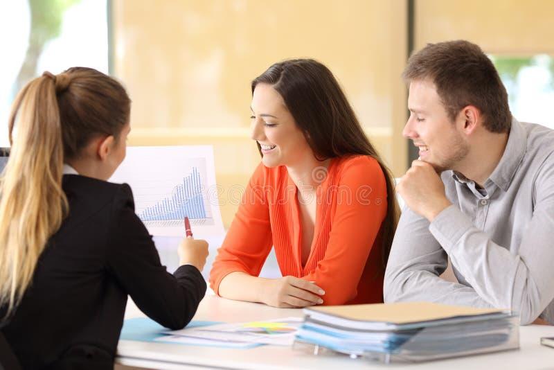 Businesspeople som talar under en revision arkivfoton