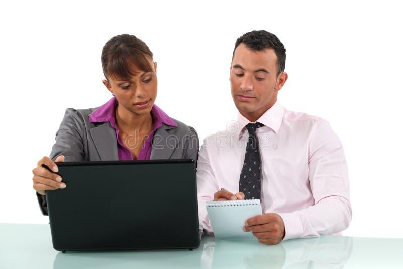 Businesspeople som tillsammans arbetar arkivbild