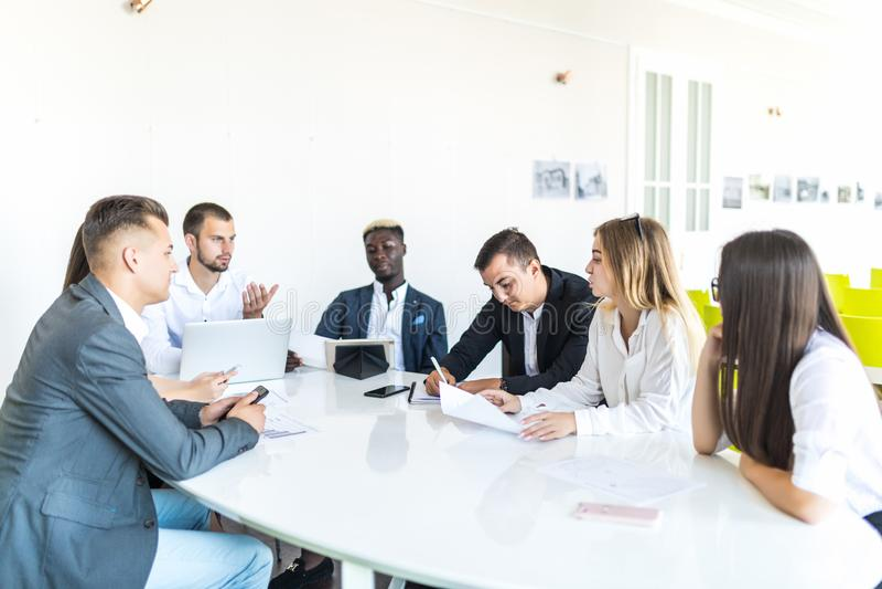 Businesspeople som tillsammans diskuterar i konferensrum under möte på kontoret team arbete arkivfoto