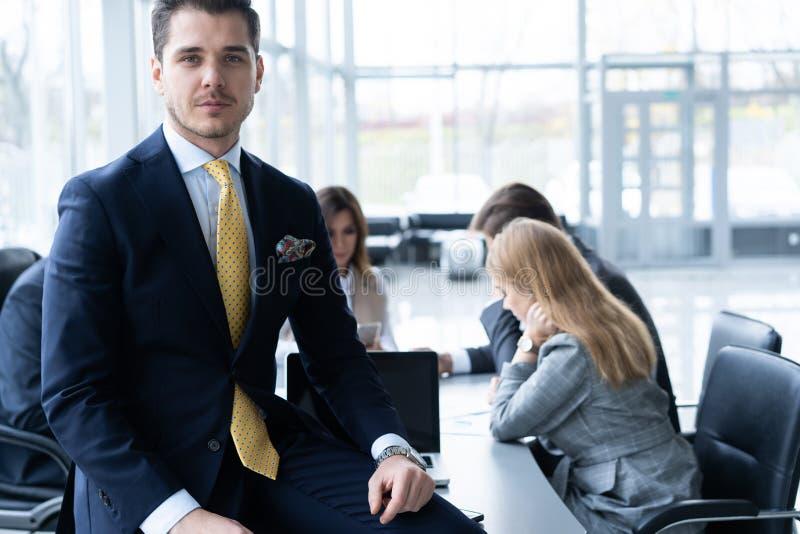 Businesspeople som tillsammans diskuterar i konferensrum under m?te p? kontoret royaltyfri fotografi