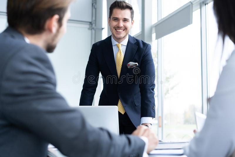 Businesspeople som tillsammans diskuterar i konferensrum under m?te p? kontoret arkivfoto