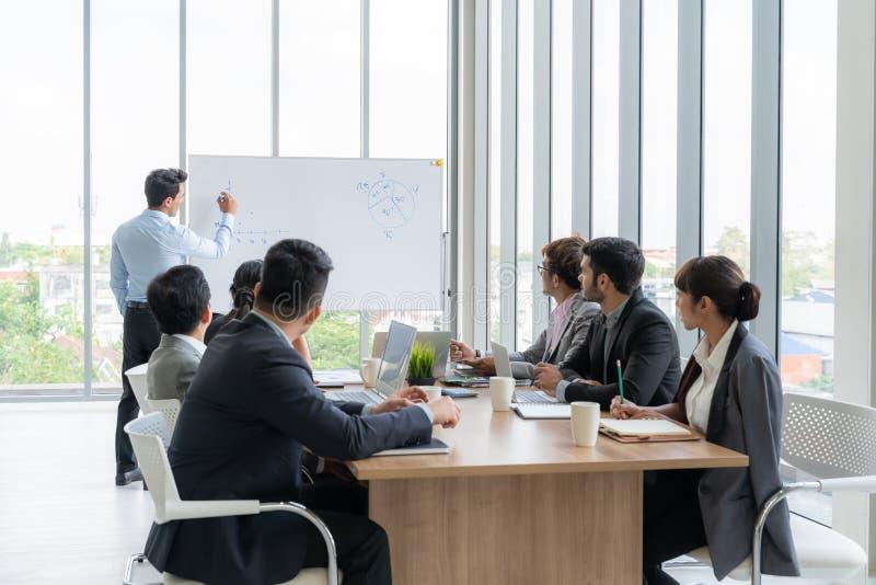 Businesspeople som tillsammans diskuterar i konferensrum under m?te p? kontoret royaltyfri foto