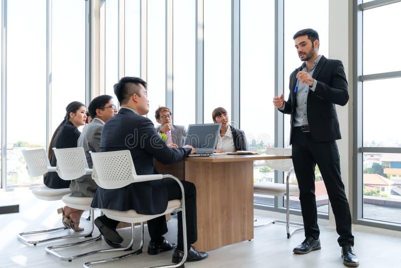 Businesspeople som tillsammans diskuterar i konferensrum under m?te p? kontoret arkivbilder