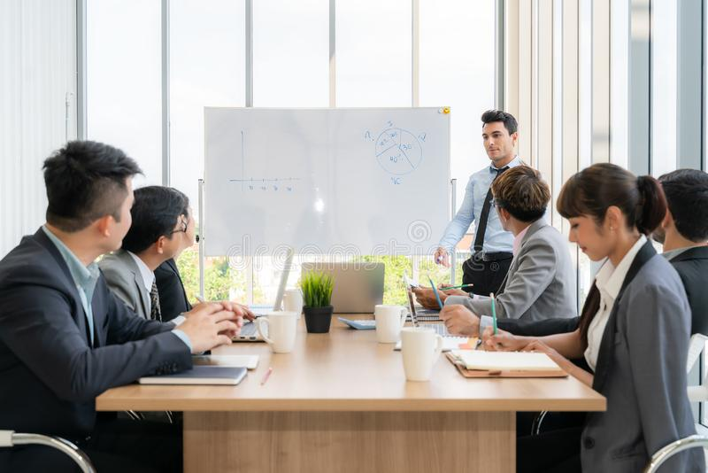 Businesspeople som tillsammans diskuterar i konferensrum under m?te p? kontoret royaltyfri bild