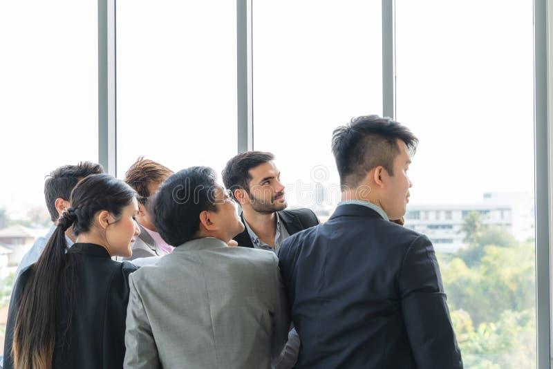 Businesspeople som tillsammans diskuterar i konferensrum under m?te p? kontoret arkivfoton
