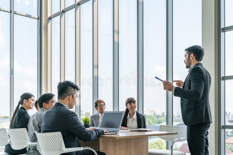 Businesspeople som tillsammans diskuterar i konferensrum under m?te p? kontoret arkivbild
