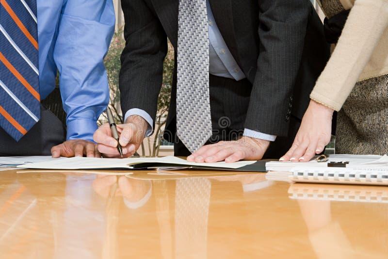 Businesspeople som undertecknar avtalet royaltyfria foton