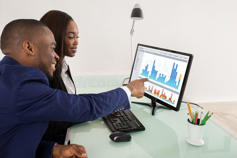 Businesspeople som visar deras framgångteamwork royaltyfri bild