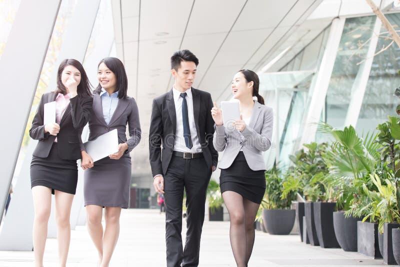 Businesspeople talar i regeringsställning royaltyfria bilder