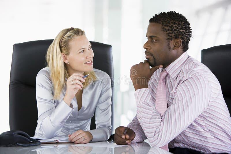 Businesspeople twee in bureau het spreken royalty-vrije stock fotografie
