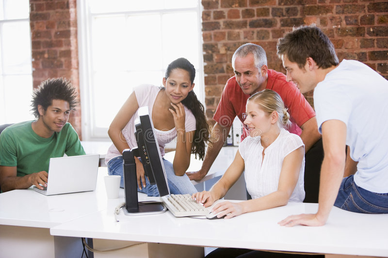 Businesspeople vijf in bureauruimte stock foto's