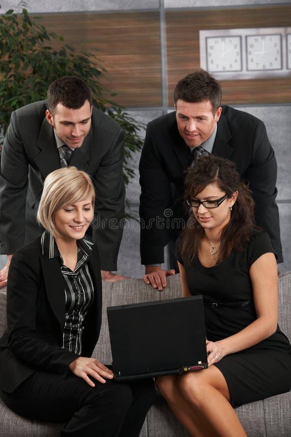businesspeoplebärbar datorworking royaltyfria bilder