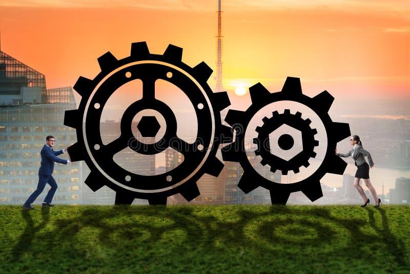 Businesspeoplena i teamworkexempel med kugghjul fotografering för bildbyråer