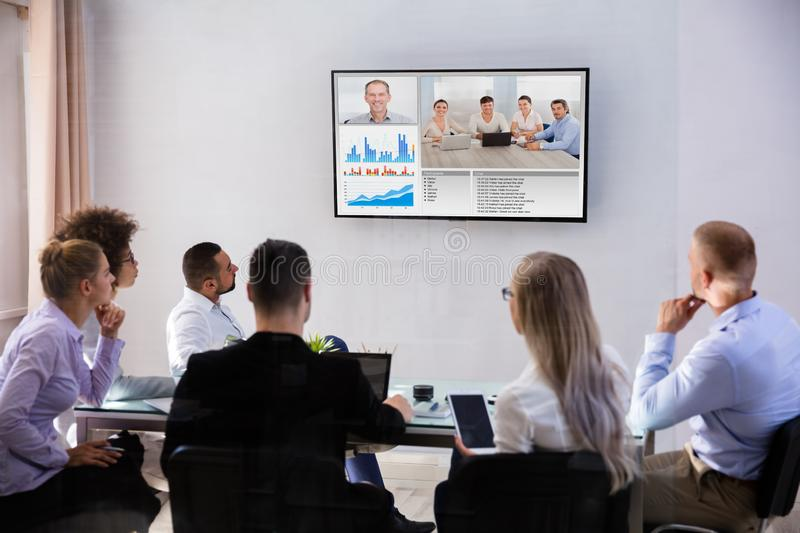 BusinesspeoplevideoConferencing i styrelse royaltyfria bilder