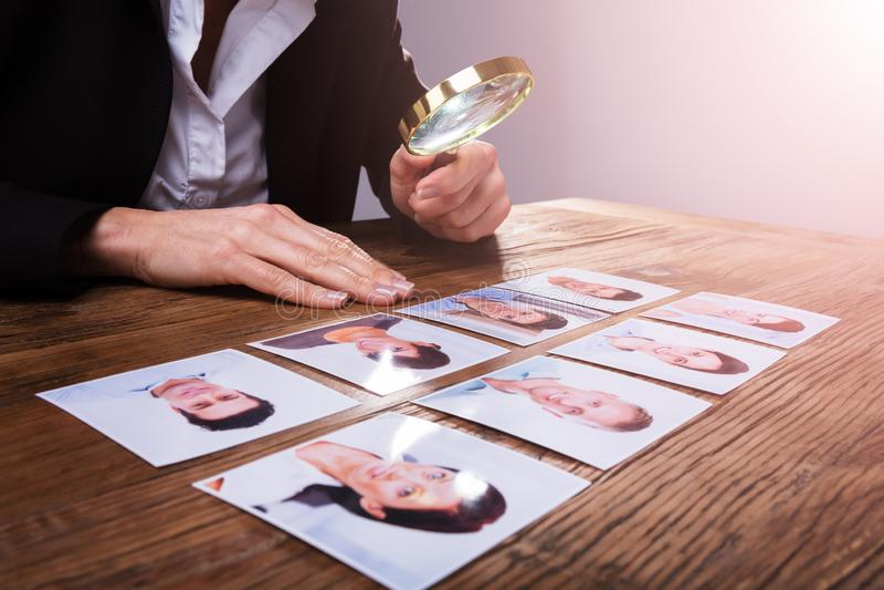 Businessperson που εξετάζει τη φωτογραφία υποψηφίων ` s στοκ εικόνα