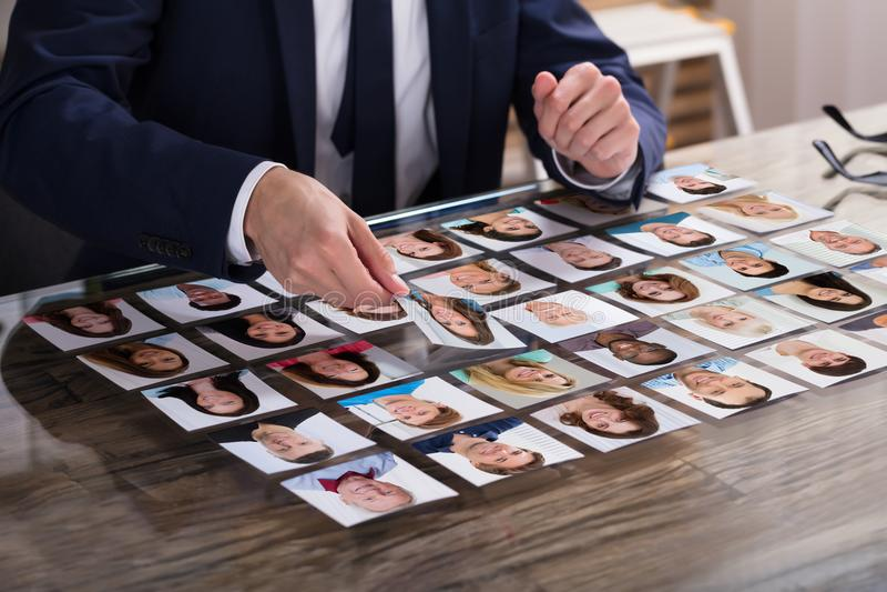 Businessperson που επιλέγει τη φωτογραφία του υποψηφίου στοκ εικόνα με δικαίωμα ελεύθερης χρήσης