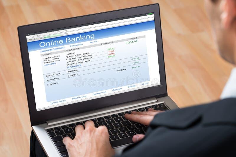 Businessperson που κάνει τις σε απευθείας σύνδεση τραπεζικές εργασίες στοκ εικόνα με δικαίωμα ελεύθερης χρήσης