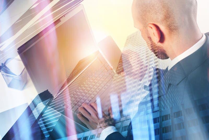 Businessperson στην αρχή που συνδέει στο δίκτυο Ίντερνετ με το lap-top στοκ φωτογραφίες