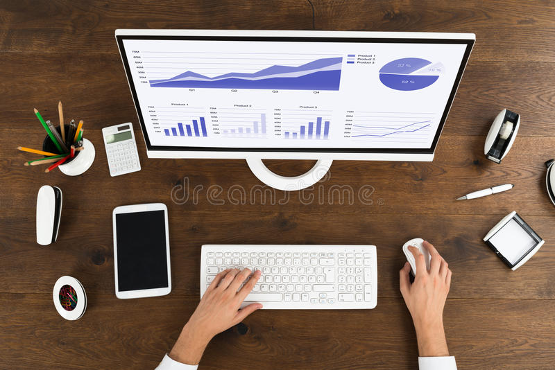 Businessperson Analyzing Statistical Graph op Computer royalty-vrije stock foto's