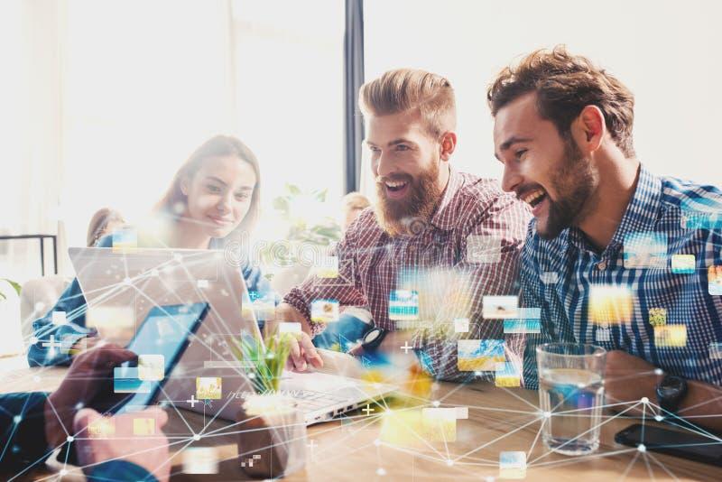 Businessperson in bureau op Internet-netwerk wordt verbonden dat Concept vennootschap en groepswerk stock afbeelding