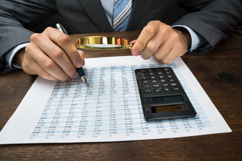 Businessperson die financiële gegevens inspecteren stock fotografie