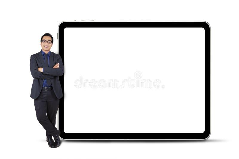 Businessperson leunt op aanplakbord stock afbeelding