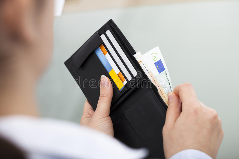 Businessperson med den öppna plånboken royaltyfri foto