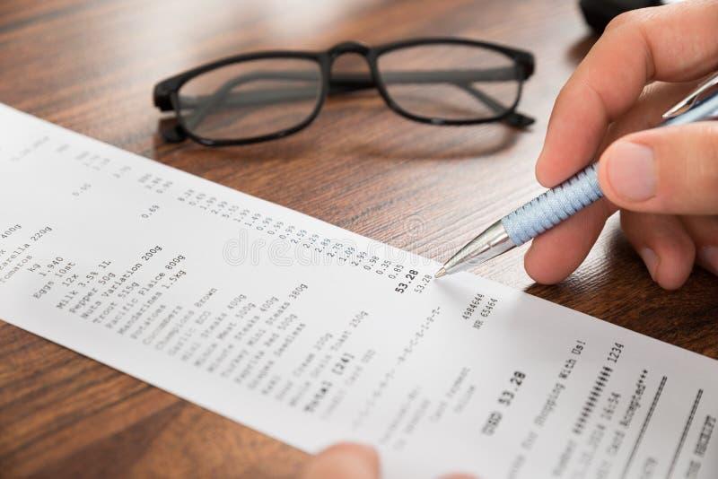 Businesspersonhänder med kvittot och glasögon fotografering för bildbyråer