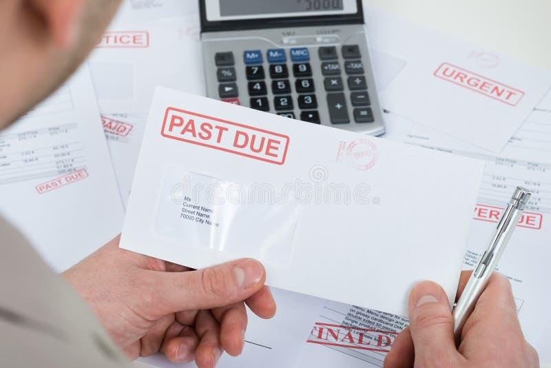 Businesspersonhand met envelop over tijd stock afbeeldingen