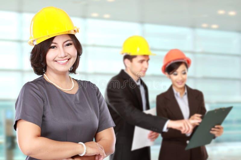 Businesspersons, das einen Schutzhelm trägt stockbild