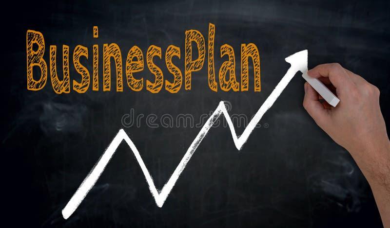 Businessplan und Diagramm wird eigenhändig auf Tafel geschrieben lizenzfreie stockbilder