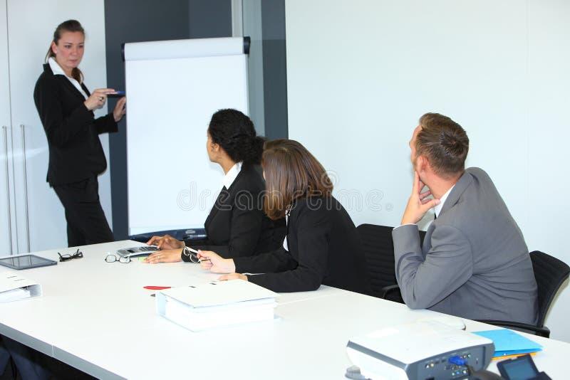 Businessswoman che dà una presentazione immagine stock libera da diritti
