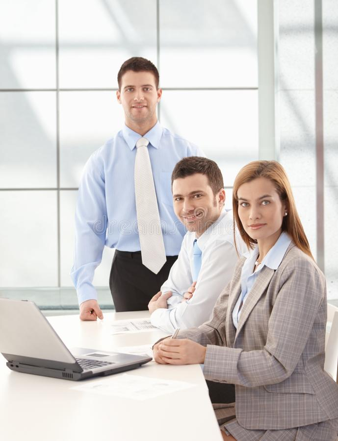 businessteam ευτυχής χαμογελώντα&sig στοκ φωτογραφία με δικαίωμα ελεύθερης χρήσης