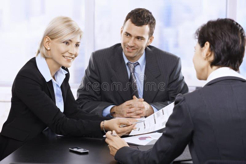 Businessteam στη συνεδρίαση στοκ φωτογραφία
