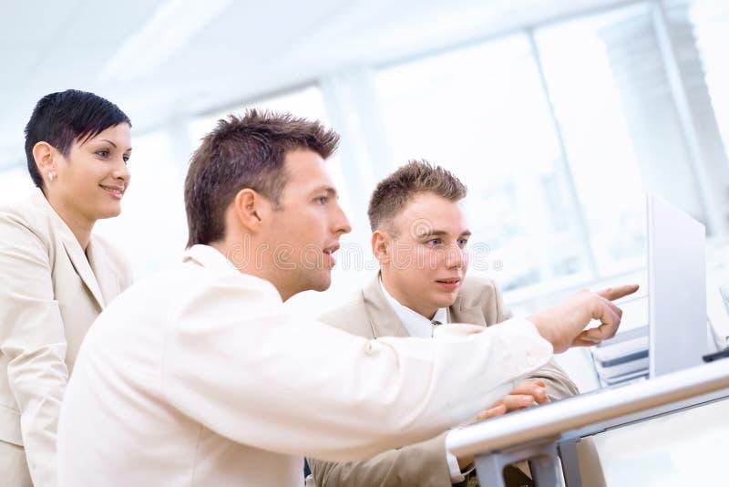 Businessteam avec l'ordinateur portatif images libres de droits