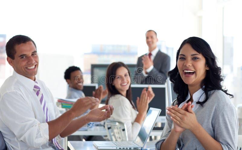 Businessteam che applaude riuscito progetto fotografia stock libera da diritti