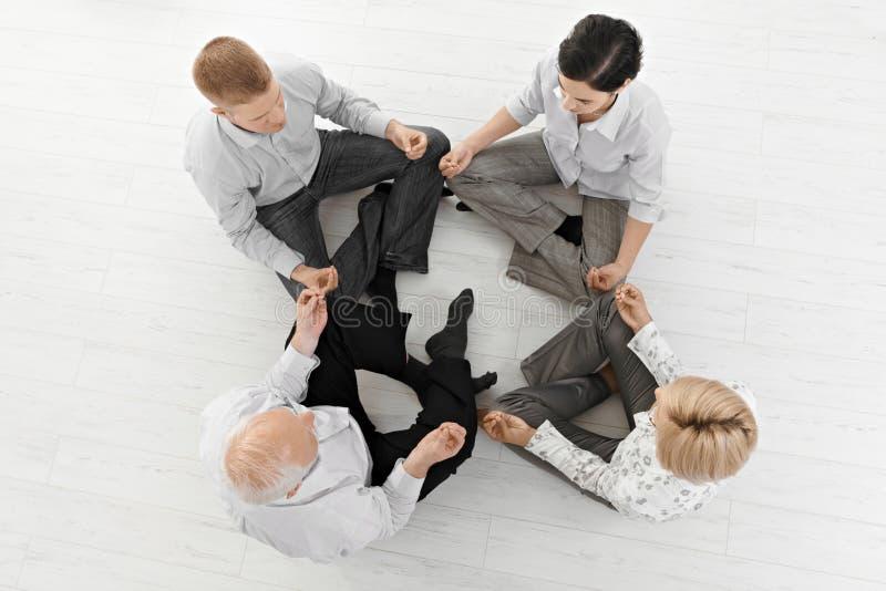 Businessteam che fa meditazione di yoga fotografia stock libera da diritti