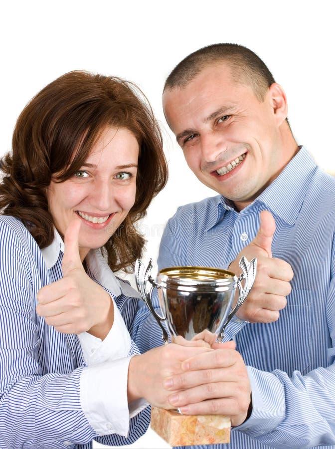 Businessteam com o troféu sobre o fundo branco foto de stock royalty free